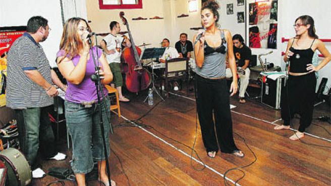 Las artistas, ensayando ayer al mediodía en el Estudio de Danza Fernando Solano. (R. Serrano)