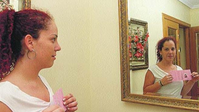 A Carolina le suplantan la identidad desde hace tres años. (R. Molina)