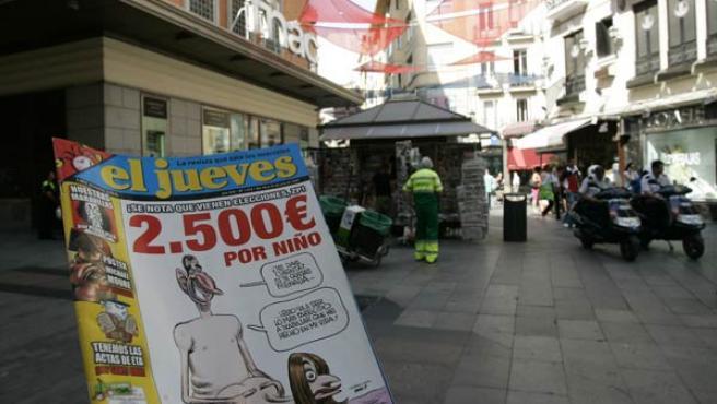Dos policías nacionales estacionados al lado de un quiosco de la calle Preciados, Madrid (JORGE PARIS)