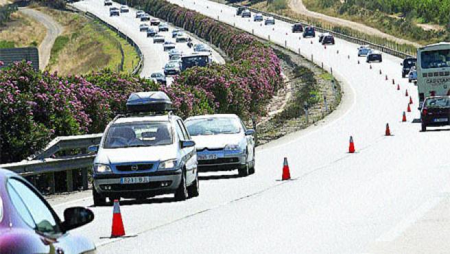 El Ministerio de Fomento amplió el recorrido del tercer carril de retorno a la capital hispalense. (K. R.)