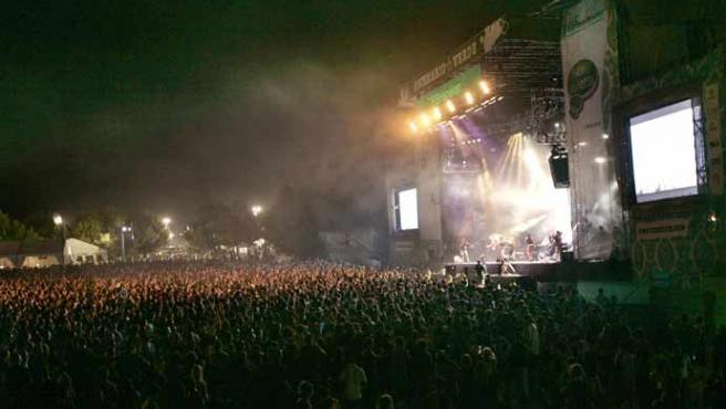 Vista general del escenario, durante la actuación del grupo Fangoria. (EFE).
