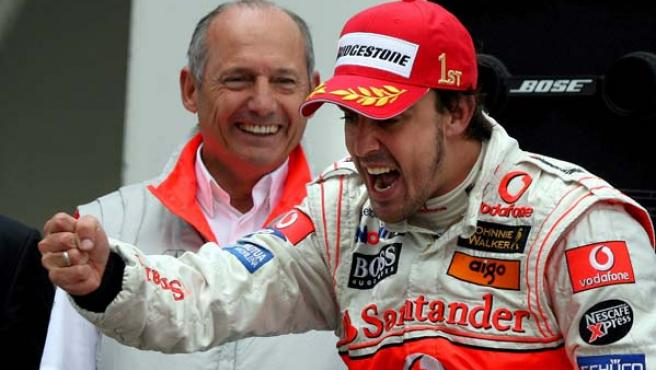 Fernando Alonso celebra su victoria en presencia de Ron Dennis (EFE).