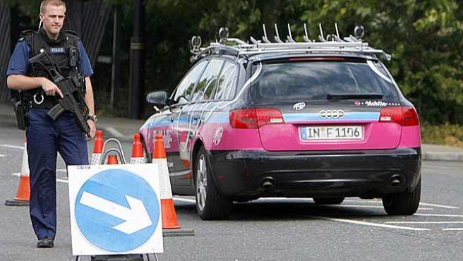 Un coche el T-Mobile pasa por un control policial en Londres. (Efe)