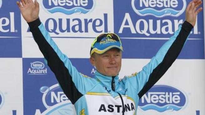 El corredor kazajo del Astana Alexandre Vinokourov, celebra en el podio tras ganar la etapa (Efe).