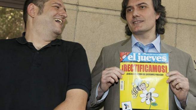 Guillermo, el dibujante, enseña la revista rectificada junto a Manel Fontdevilla, el guionista. (EFE)