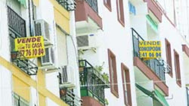 Lo carteles de pisos en venta abundan en las calles, como éste del barrio de Ciudad Jardín. (Roldán Serrano)