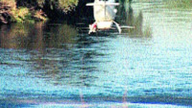 Un helicòpter llogat per la Generalitat va iniciar ahir el tractament contra les larves de la mosca negra al riu Segre (E. Busoms/ACN).