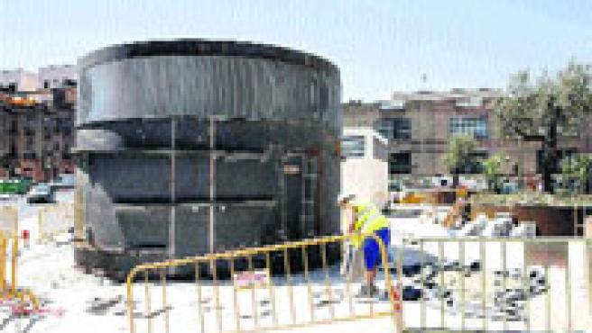 Hay quienes no se creen que ese artilugio que está colocando el Ayuntamiento sobre el aparcamiento subterráneo vaya a acabar siendo una fuente. (Kako Rangel)