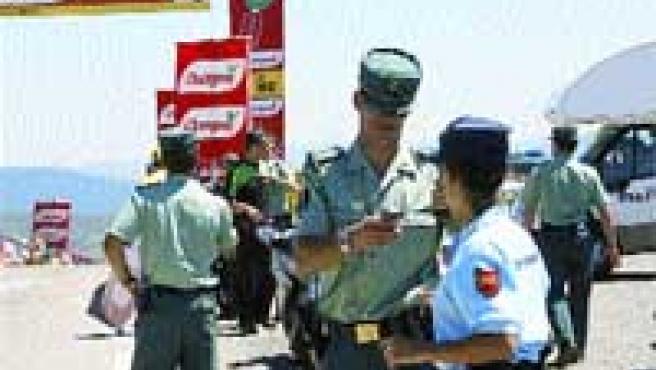 Guardias civiles y gendarmes franceses velaron ayer por la seguridad del Tour de Francia.(efe).