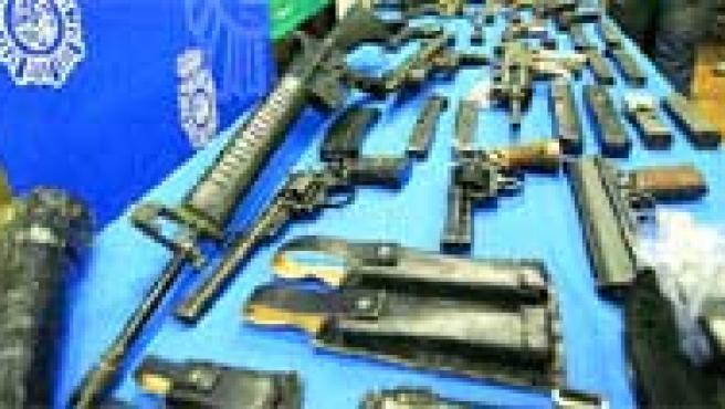 El arsenal incautado en las propiedades de El Solitario incluyen fusiles de asalto, subfusiles, pistolas, granadas y abundante munición. (efe).