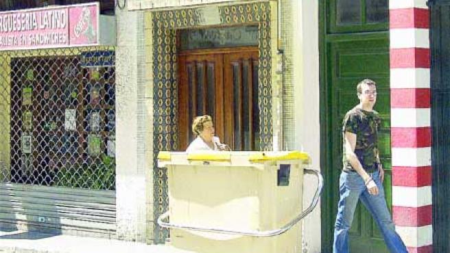 La anciana asesinada en el número 3 de la calle Páramo fue acuchillada en el portal. (Moncho Fuentes).