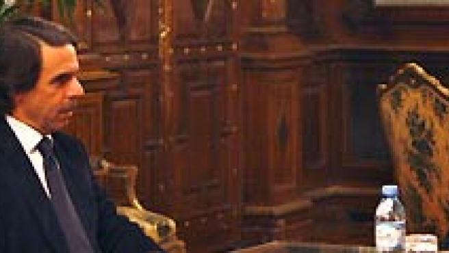 El presidente de Argentina, Néstor Kirchner (d), habla con el ex presidente del gobierno español, José María Aznarl (c), y Joseph E. Roberts (I). (LEO LA VALLE / EFE).