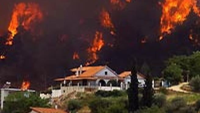 Vista de la localidad de Egion, Grecia occidental, rodeada por el fuego. (EFE).