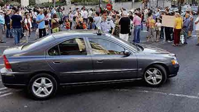 Un centenar de vecinos cortaron ayer una calle en Gracia como protesta por el apagón.