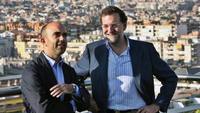 El presidente del PP, Mariano Rajoy (d), y el nuevo presidente del PP catalán, Daniel Sirera, charlan momentos antes de una reunión.