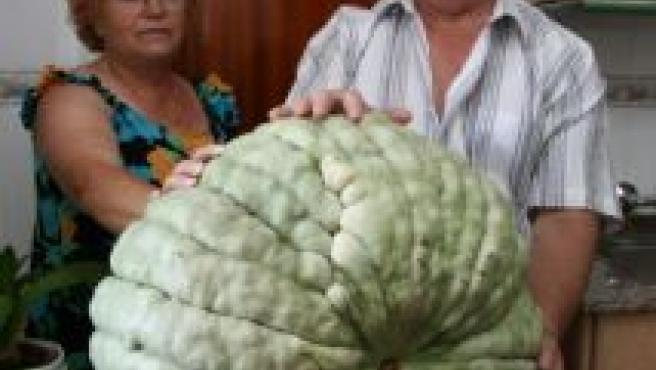 Los dueños de la calabaza gigante, con la hortaliza.