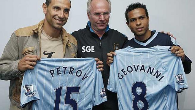 Petrov (i) posa con el entrenador del Manchester City, Sven Goran Eriksson (c), y otro nuevo fichaje, Geovanni. (Reuters)
