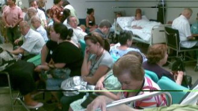 Sala de urgencias llena de pacientes y familiares.