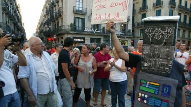 Els veïns es van manifestar a la Plaça Sant Jaume ahir per protestar contra l'apagada.(H.FERNÁNDEZ)
