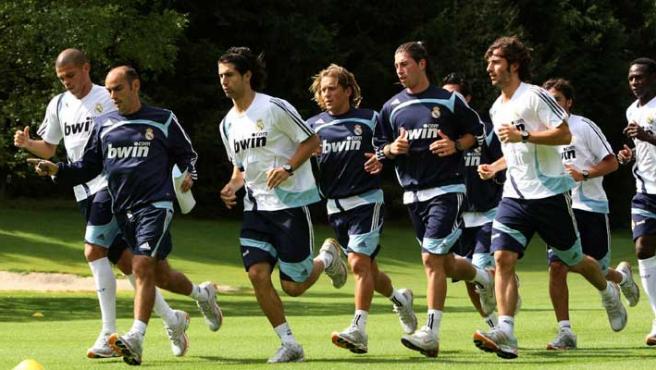 os jugadores del Real Madrid, durante el entrenamiento que realizó hoy la plantilla en el campo de golf de la localidad austriaca de Irdning (Efe).