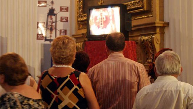 Los fieles comprueban cómo la sangre de San Pantaleón pasa del estado sólido al líquido.