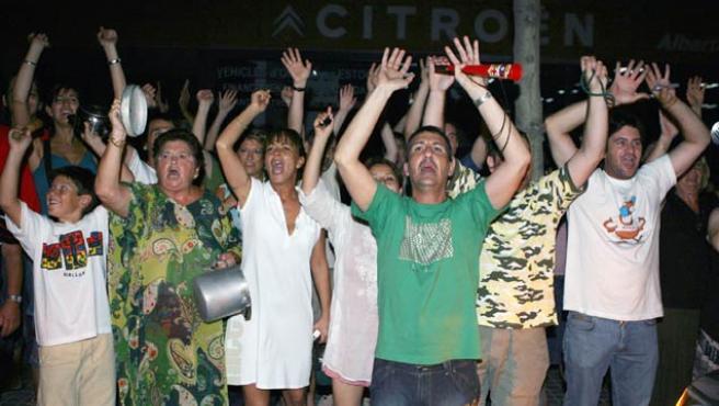 Varios vecinos del distrito del Eixample se manifiestan frente a la subestación de Maragall para protestar con una cacerolada.