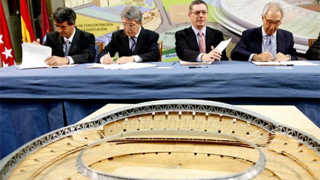El alcalde Gallardón firma el plan urbanístico para la zona del Calderón con los presidentes del Atlético, Enrique Cerezo, y de Mahou, Juan Gervás.