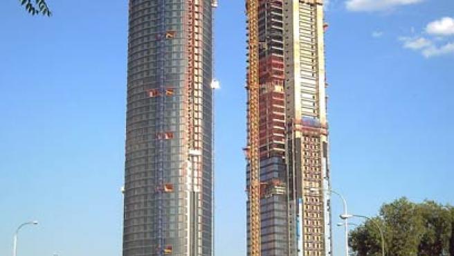 La Torre Repsol YPF (a la derecha) en construcción. (WIKIPEDIA)