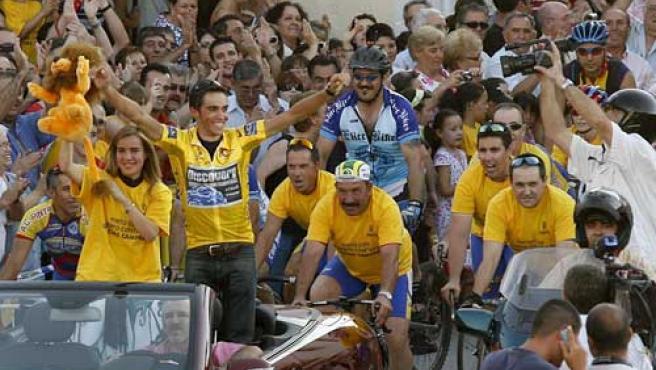 Alberto Contador es aclamado en las calles de Pinto (EFE).
