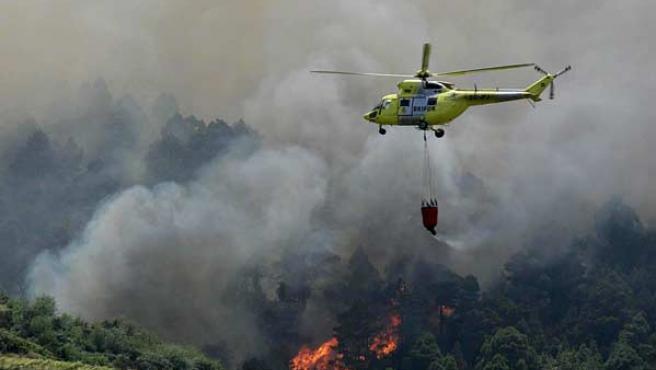 El fuego tiene un perímetro de 32,2 kilómetros. (EFE/Cristóbal García)