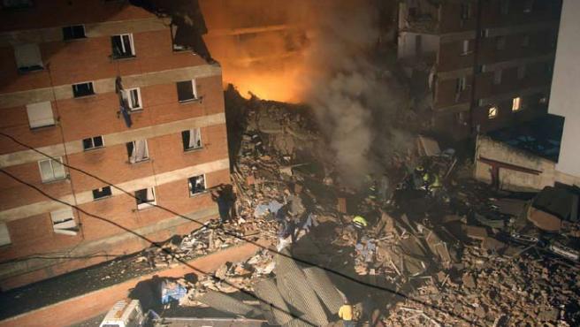 Un céntrico edificio de cinco plantas en Palencia se derrumbó tras una fuerte explosión. BRÁGIMO / EFE