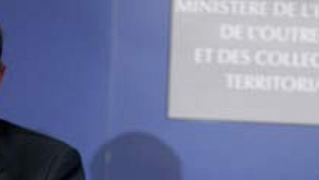 El ministro del Interior español, Alfredo Pérez Rubalcaba (i), comparece en una rueda de prensa junto a su homóloga francesa, Michele Alliot-Marie (d), en París. (EFE)