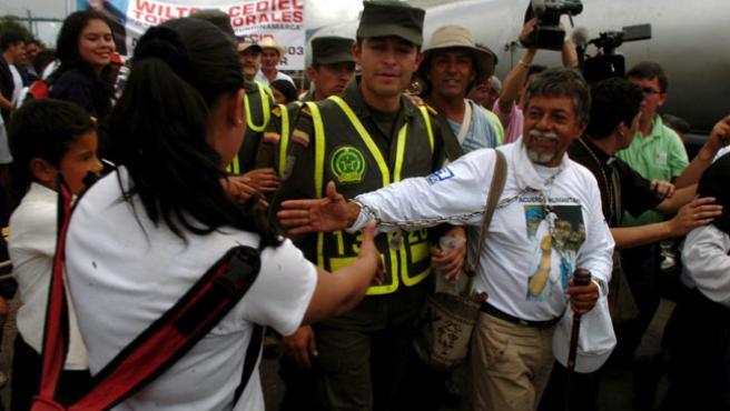 El profesor colombiano Gustavo Moncayo (d) saluda a algunas personas que lo reciben en Granada, acercándose a Bogotá a donde llegará este miércoles. (EFE)