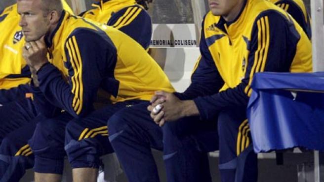 David Beckham observa desde el banquillo el juego de su equipo ante el club mexicano Chivas de Guadalajara, en el torneo de fútbol de la Superliga que se disputó en Los Angeles (EEUU). Chivas derrotó al Galaxy por 2-1.