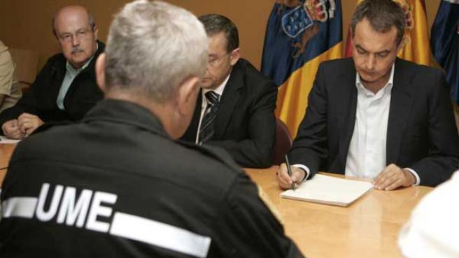 El presidente del Gobierno, reunido en Tenerife con los técnicos que intervienen en la extición del incendio (EFE)