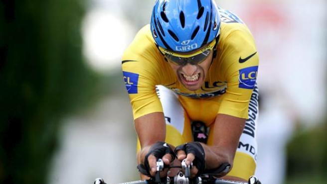 Alberto Contador durante la última contrarreloj del Tour (EFE).