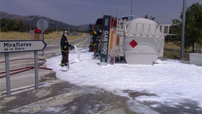 Un camión vierte 6.000 litros de gasolina al salir de una rotonda en Miraflores.