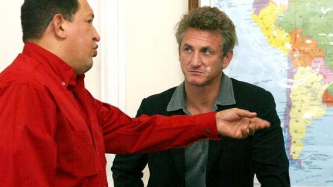 Hugo Chávez (i) habla con el actor estadounidense Sean Penn (d) en el Palacio Presidencial de Caracas. (EFE)