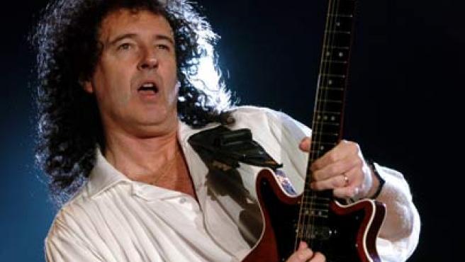 Brian May, guitarrista del grupo musical Queen, durante un concierto.