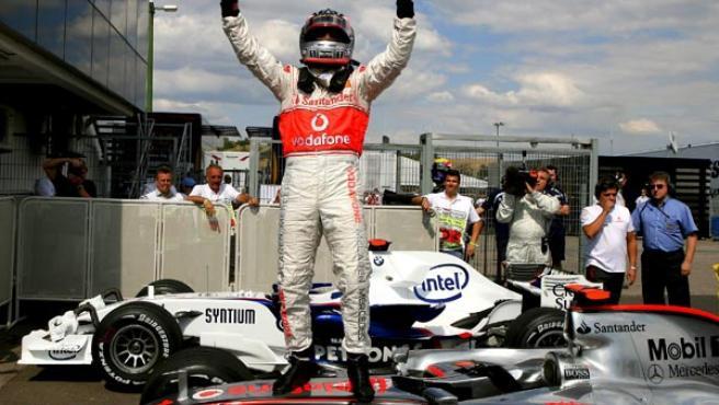 El piloto español de Fórmula Uno Fernando Alonso, del equipo McLaren Mercedes, celebra la pole del GP Hungría. (CARMEN JASPERSEN / EFE)