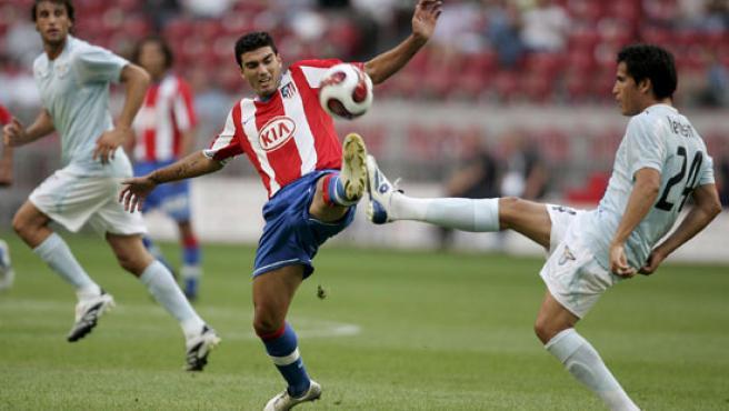 José Antonio Reyes (centro) se disputa el balón con el jugador del Lazio Roma Christian Ledesma (dcha), durante el partido que enfrentó a ambos equipos en Amsterdam (Holanda).