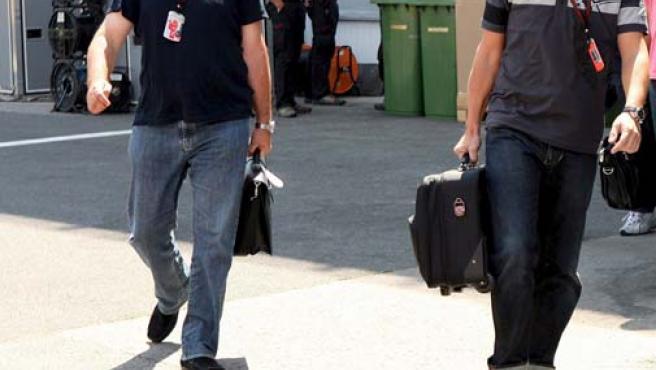 Fernando Alonso junto a su representante, Luis García Abad, en el circuito Hungaroring, cerca de Budapest, Hungría (Efe).