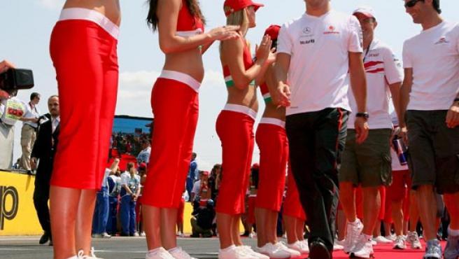 El asturiano Fernando Alonso (McLaren-Mercedes) participa en el desfile de pilotos antes del comienzo del Gran Premio de F1 de Hungría, en el circuito de Hungaroring.