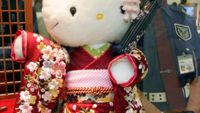 """Una muñeca """"Hello Kity"""" vestida con kimono y bajo vigilancia policial en una imagen de archivo."""