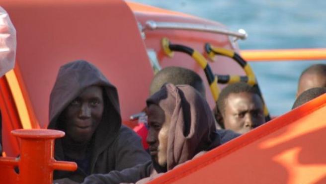 Varios de los inmigrantes, a su llegada al muelle de Arguineguín (efe).