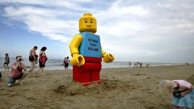 El muñeco ha aparecido en la playa de Zandvoort, Holanda (REUTERS).
