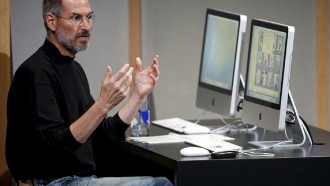 El presidente de la compañía Apple, Steve Jobs, expone la nueva línea integrada de monitores iMac.