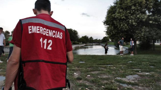 Efectivos de Emergencias en el lugar donde un padre pegó un disparo mortal a su bebé.