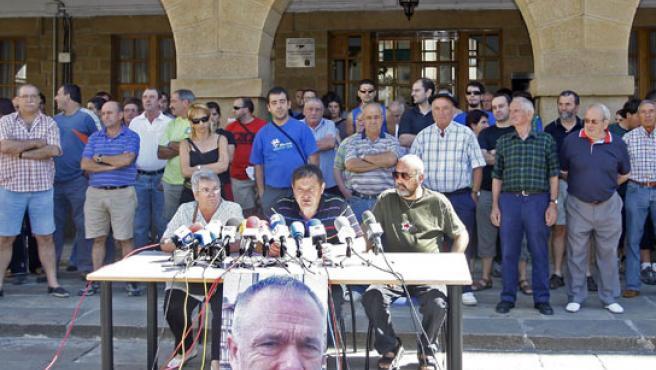 Los portavoces del 'grupo de ciudadanos' de Amorebieta durante su comparecencia ante la prensa.