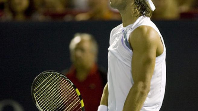 El tenista español Rafael Nadal reacciona tras perder un punto contra el serbio Novak Djokovic en Montreal. (EFE)